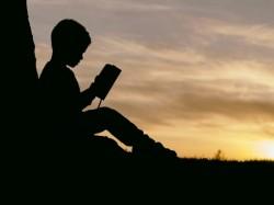 Cercetătorii arată că lecturile școlare îi pot îndepărta pe elevi de citit