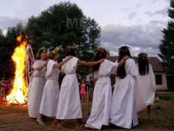 Azi, 24 iunie, creștinii ortodocși sărbătoresc Sânzienele sau Drăgaica. Tradiții și superstiții de Sânziene