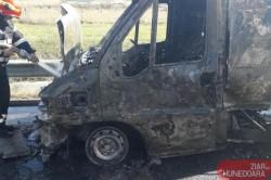 O camionetă încărcată cu PAL a luat foc pe A1 la ieșirea din Arad spre Nădlac. Traficul este blocat spre Nădlac