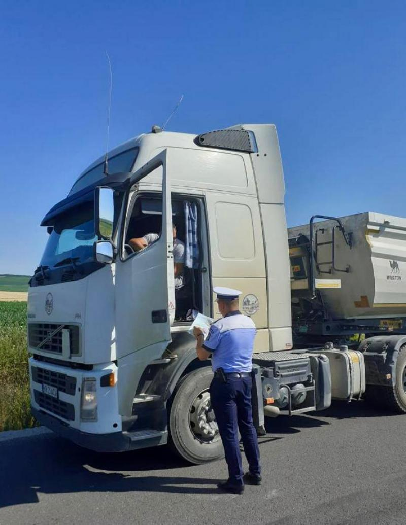 Polițiștii arădeni au luat la puricat camioanele cu masa de peste 3,5 tone. Amenzi de peste 55 mii de lei doar într-o zi