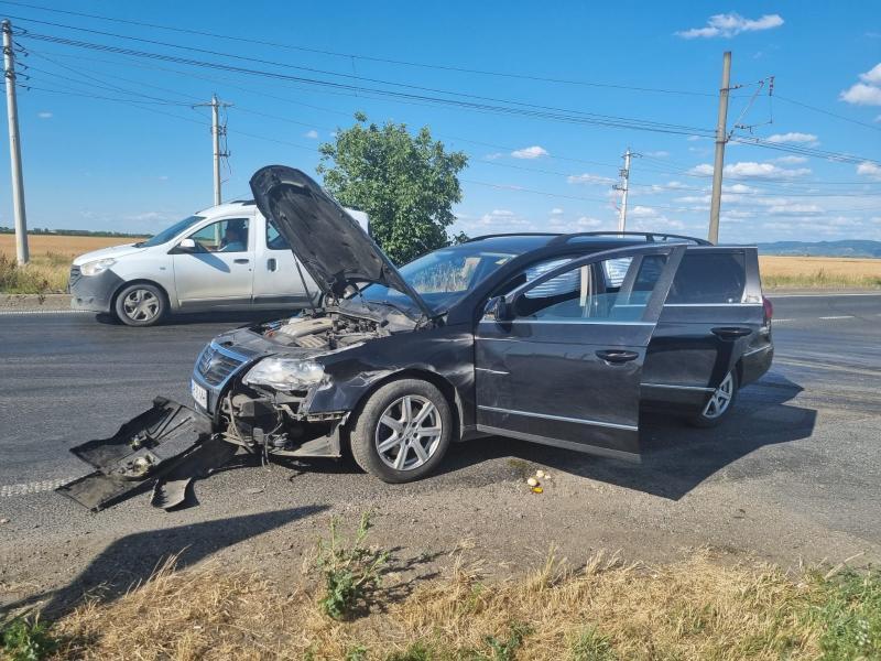Accident la Vladimirescu. Un tânăr imprudent a depășit coloana pe linie continuă și a intrat înr-un autotren