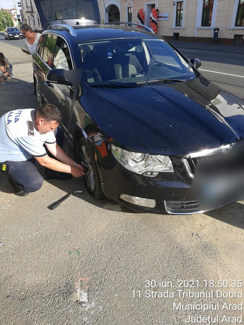 Gest uman al polițiștilor locali arădeni. Au schimbat roata mașinii unei femei din Bihor aflată în dificultate