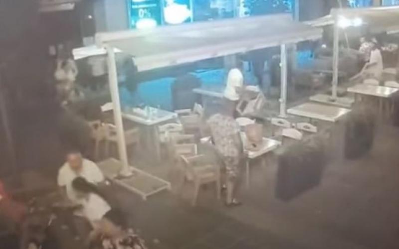 Bătăile în centrul Timișoarei au devenit obișnuință. Bătaie cu scaune între două familii de rromi pe terasa restaurantului McDonalds din Piața Victoriei