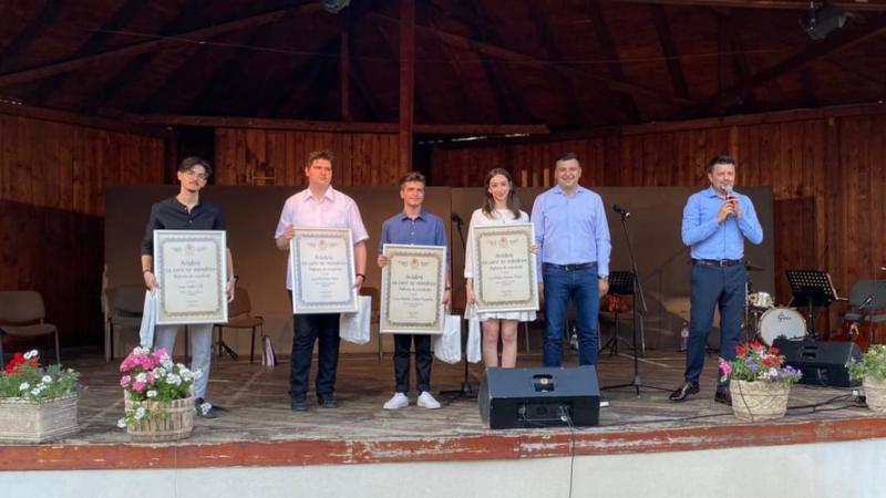 Elevii de 10 au fost premiați pe scena Teatrului de Vară