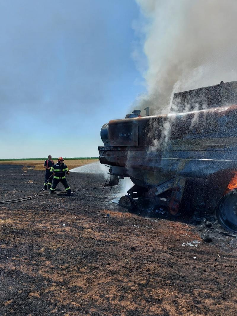 Un utilaj agricol a luat foc în lanul de grâu la Pilu. Incendiul a fost stins în două ore