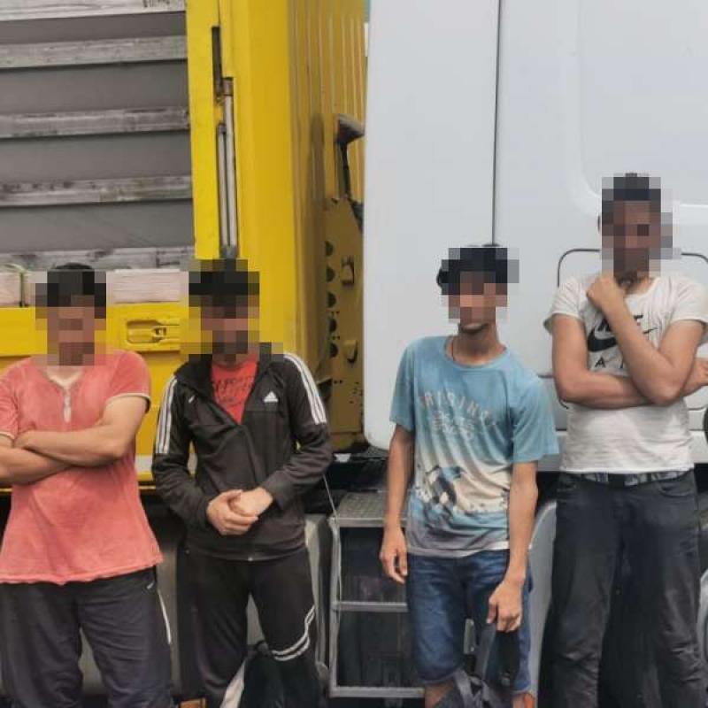 """Deși sunt prinși cu duiumul, migranții se încăpățânează să """"forțeze"""" trecerea în spațiul Schengen pe la Nădlac. Alți 6 afgani depistați recent într-un camion turcesc"""