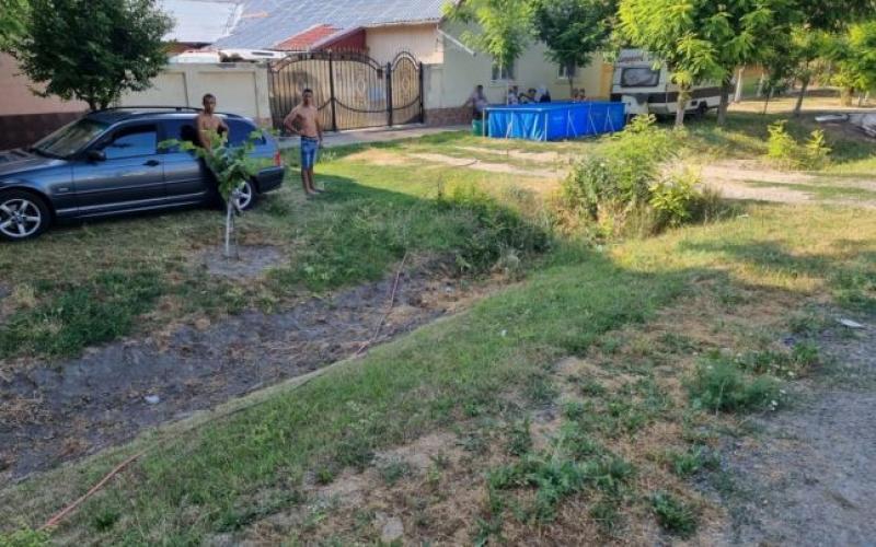 Cod portocaliu de caniculă dar și de idei trăznite la români. O familie din Timiș și-a montat piscina în fața casei pe care o alimentează de la cișmeau publică