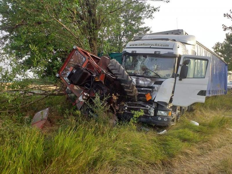 Un tractor s-a pupat cu un autocamion în apropiere de Nădlac
