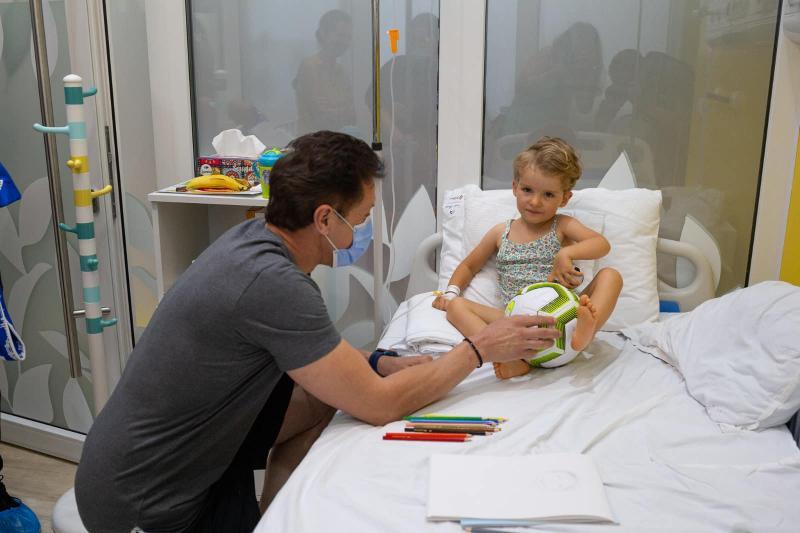 """Mingi și eșarfe pentru micuții de la Pediatrie 2 din partea """"Baciului"""" însă se va întoarce cu aparatură medical pentru noua secție"""