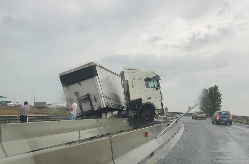 Accident la coborâre de pe A1 în zona industrială. Un cap tractor al unui TIR a ajuns peste parabetul de beton