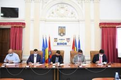 Primarul Călin Bibarț și președintele CJ Arad Iustin Cionca au semnat contractul de execuție a lucrărilor de proiectare pentru drumul expres Arad- Oradea