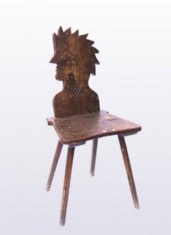 Exponatul lunii iulie la Complexul Muzeal Arad este un scaun din lemn cu spătar în formă de cap de indian