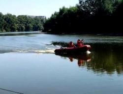 Un bărbat băut a dispărut în apele Mureșului după ce s-a aruncat de pe un pod. El este căutat de pompieri