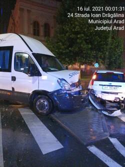 Două Ford-uri s-au tamponat azi noapte în fața Colegiului Moise Nicoară
