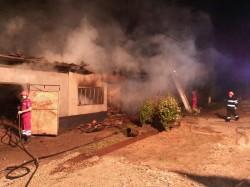 Un fulger a aprins azi noapte o casă în Târnova. Au ars acoperișul casei și două mașini
