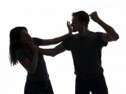 S-a ales cu dosar penal pentru că-și amenința și urmărea soția
