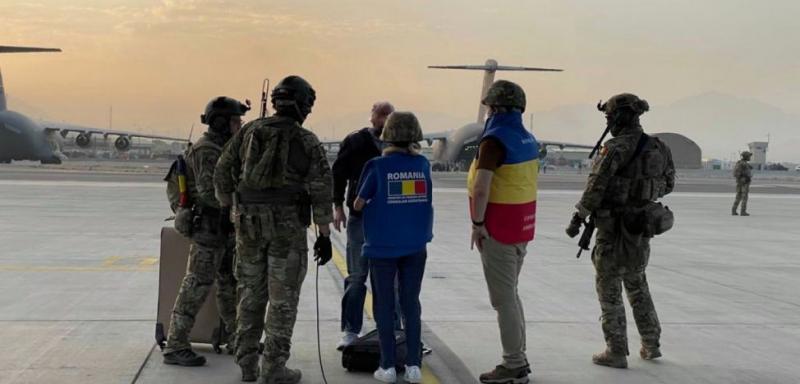 Doar un român a fost evacuat până acum din Afganistan. Ceilalți sunt blocați în Kabul și nu pot ajunge deocamdată la aeroportul securizat de forțele NATO