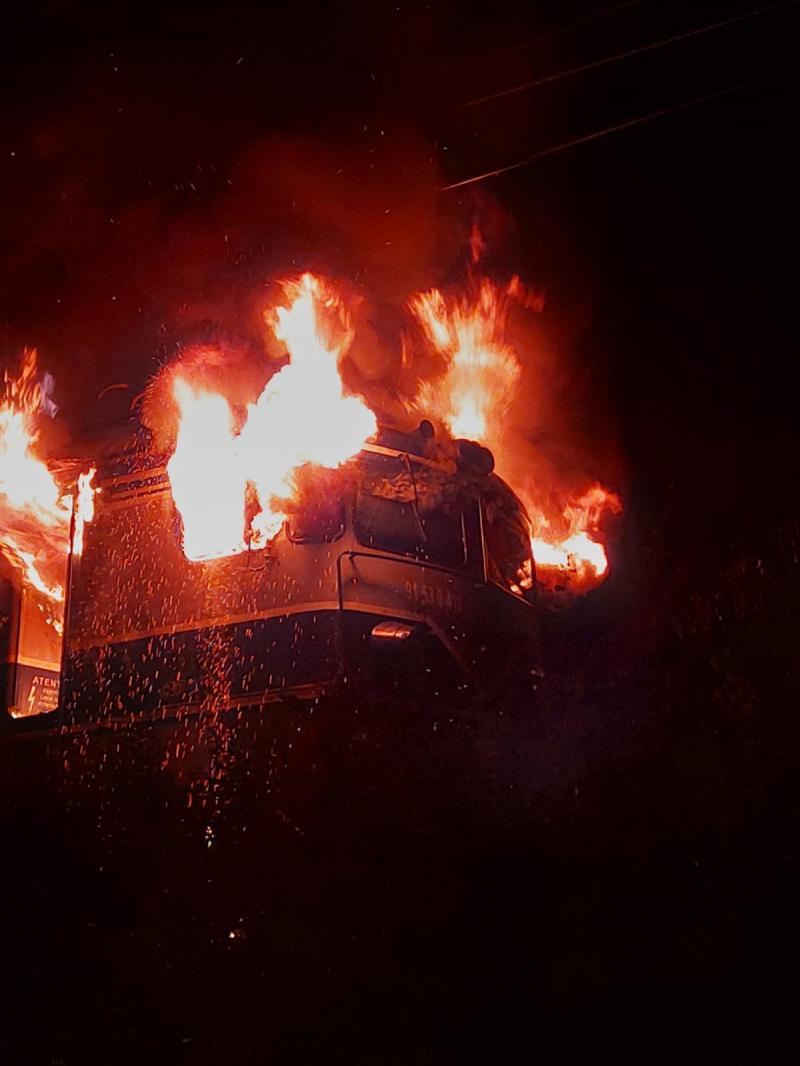 Locomotivă în flăcări între Arad și Timișoara. Incendiul a fost stins după 3 ore. Nu sunt victime