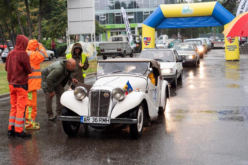 24 de mașini de epocă la Raliul Carpați Retro. S-a dat startul Săptămânii Culturii și Economiei Arădene