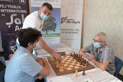 Laszlo Balint, antrenorul UTA-ei, a efectuat mutarea festivă în runda cu numărul șase a Festivalului de Șah – Arad Open