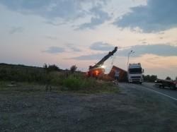 Un autocamion s-a răsturnat în sensul giratoriu de la Câmpul Liniștii. Circulația este blocată