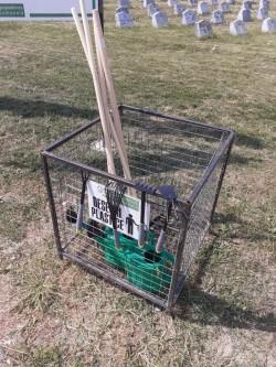 Seturi de unelte puse la dispoziție gratuit arădenilor pentru îngrijirea mormintelor