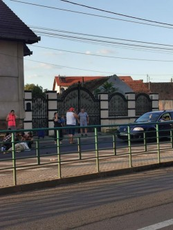 Mamă cu doi copii loviți pe trecerea de pietoni pe strada Condurașilor. Toți au fost transportați la spital