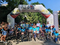 """150 de copii au participat la a VI-a ediție a competiției """"Bicicliștii iscusiți"""". Polițiștii arădeni au fost prezenți pentru lecții de educație rutieră"""