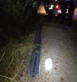 Pentru a testa puterea unui moped, doi tineri au sustras componente din structura parapetului de protecție al unui drum comunal. Au fost prinși însă de jandarmi