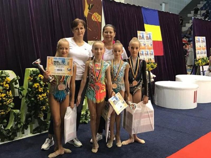 Nouă medalii au obținut sportivele de la CSM Arad la Campionatele Naționale de Gimnastică ritmică de prejunioare. Kaitlyn Varga şi Teodora Iovănaş Brădean, performerele echipei