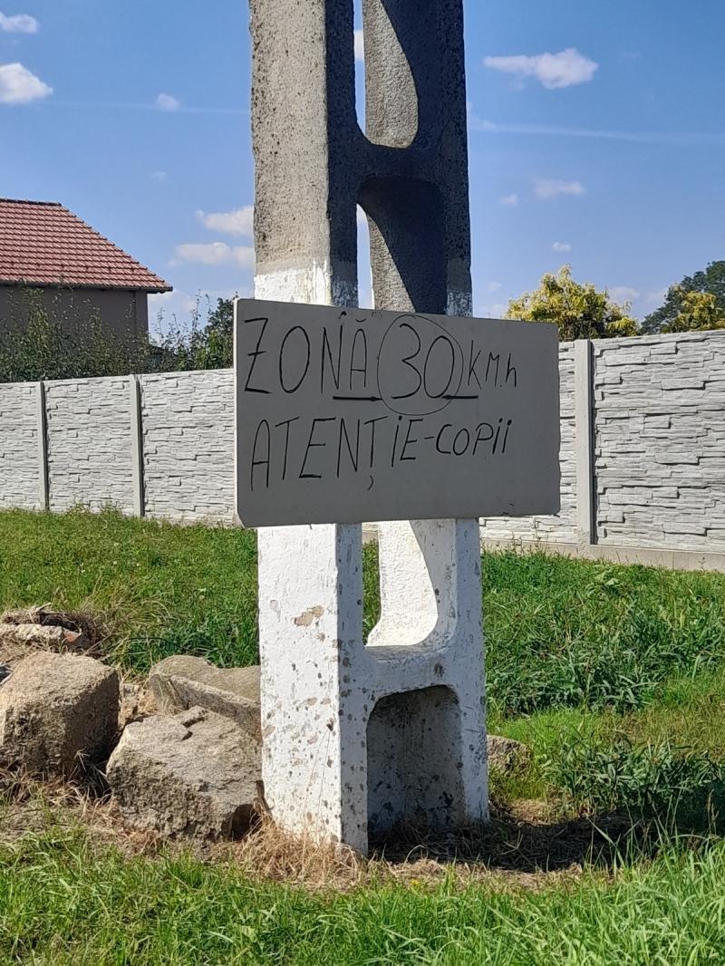 Disperați de vitezomanii care străbat străzile satului, locuitorii din Galşa și-au montat propriile indicatoare din carton de restricționare a vitezei