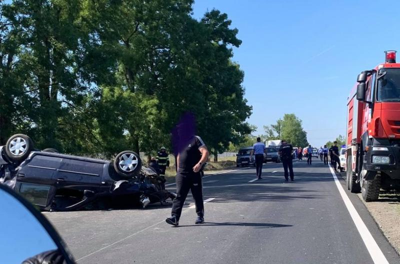 Accident la intrarea în Ineu. O persoană este încarcerată într-o mașină cu roțile în sus pe carosabil