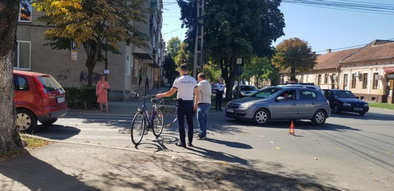 O pensionară de 71 de ani a lovit cu mașina o altă pensionară de 75 de ani care circula pe bicicletă