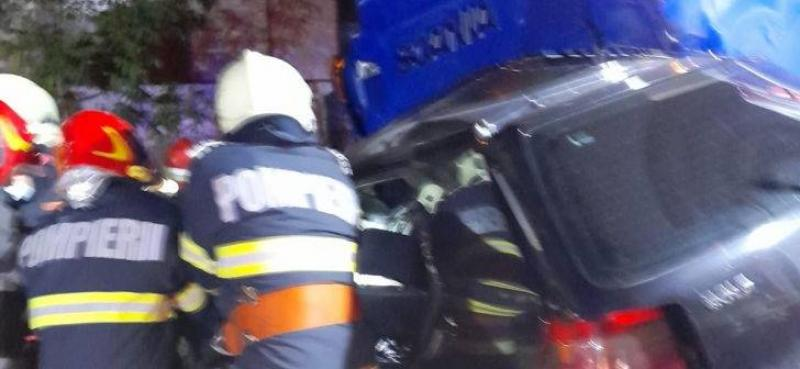 Patru persoane au murit în această seară într-un groaznic accident. Pompierii acționează pentru extragerea victimelor