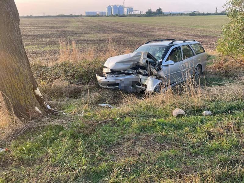 Accident cu victimă pe șoseaua Arad-Timișoara. Un bărbat a intrat cu mașina într-un copac