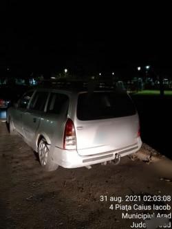 Un șofer beat care a vrut să se facă scăpat a fost prins de polițiștii locali după ce a accidentat două autoturisme parcate