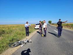 Biciclist spulberat de un autoturism în Șiria. Victima a fost transportată la spital