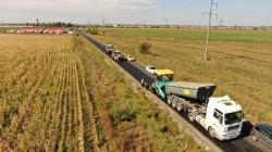 Lucrările avansează pe drumul Arad-Horia-Șiria prin turnarea celui de-al doilea strat de asfalt