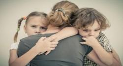 Aproape 13.000 de copii români au ambii părinţi plecaţi la muncă în străinătate. Obligațiile părinților înainte să părăsească țara