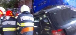 Patru persoane au murit aseară într-un groaznic accident. Pompierii acționează pentru extragerea victimelor