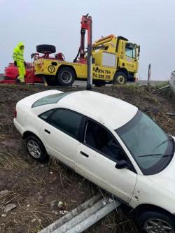 Un Audi a greșit ieșirea de pe autostradă și s-a trezit în decor