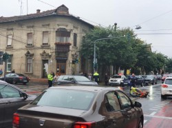 Accident cu victimă în Arad. Un tânăr motociclist a intrat într-o mașină pe strada Mărășești. Motociclistul rănit a ajuns la spital