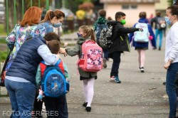 Pragul de infectări de 6 la mie până la care puteau funcționa fizic școlile ar putea fi eliminat