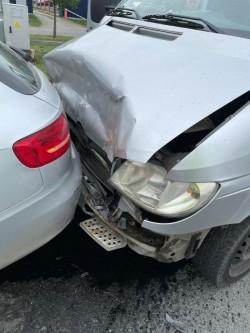 Deși respecți legea așteptând la semafor riști să ajungi la spital și cu mașina în service. Ciocnire pe Calea Radnei la semafor