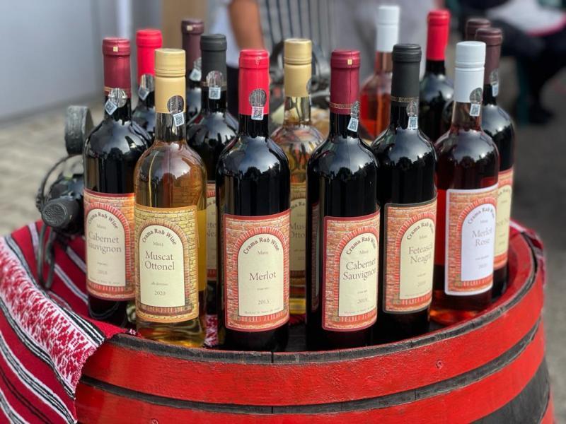 În loc de festival al vinului, expoziție de vinuri arădene la Consiliul Județean