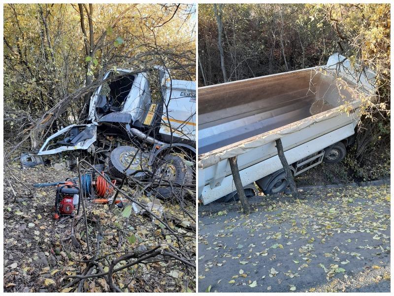 Șofer încarcerat după ce a intrat cu basculanta într-un copac