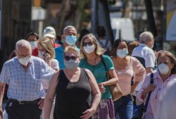 Masca redevine obligatorie în localitățile cu rată de infectare mai mare de 6 la mie. Cine nu trebuie să poarte mască