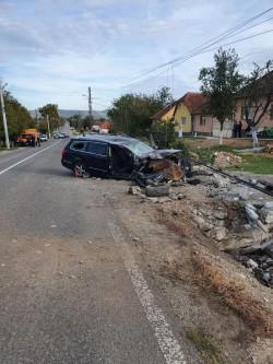 O tânără din Bocsig a intrat cu mașina într-un stâlp. Impactul s-a soldat cu doi răniți