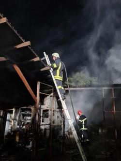 Vulcanizarea de pe strada Renașterii a luat foc