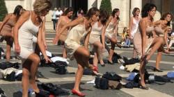 Striptease inedit în centrul Romei. Fostele stewardese de la Alitalia s-au dezbrăcat în semn de protest